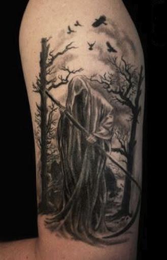 Um solitário e assustadoramente perturbador Grim Reaper tatuagem. O reaper caminhadas ao longo da floresta, com sua foice, pronto para mais uma noite de alma colheita.
