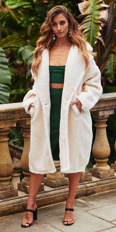 Do you like comfortable & cozy dress outfits? See these 29 Best Casual Dressy Outfits to Look Fantastic. Women's Style + Fashion via higiggle.com | coat + crop top & skirt | #fashion #dress #casualoutfits #skirt