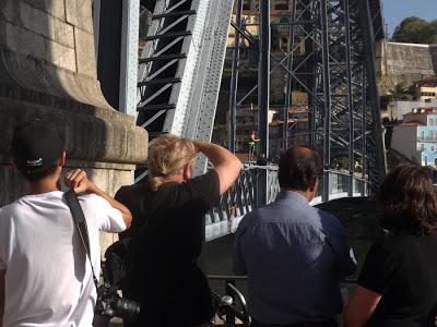 turistas fotografando meninos saltando da ponte Luis I no Porto