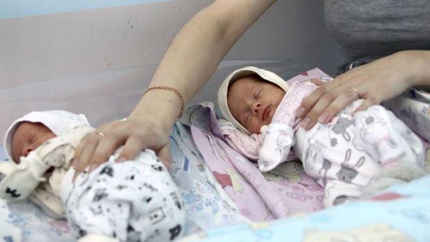 Penelitian di sejumlah negara menunjukkan bayi-bayi yang lahir dalam masa pandemi flu Spanyol lebih mudah tertular penyakit dan memiliki kemungkinan lebih kecil untuk dipekerjakan.