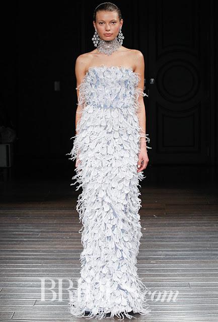 Vestido de novia de Naeem Khan 2017 con plumas - Foto: www.brides.com