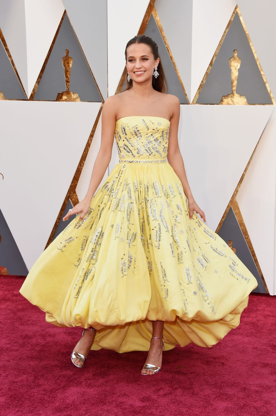 Alicia Vikander brings sunshine to the Oscars 2016