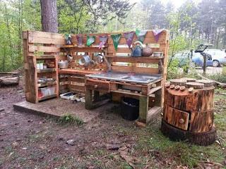cocina rustica exterior hecha con palets de madera
