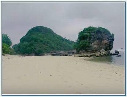 Alamat Pantai Watu Leter Malang