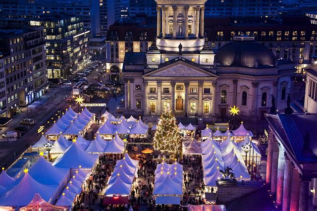 Feira natalina na praça Gendarmenmarkt em Berlim