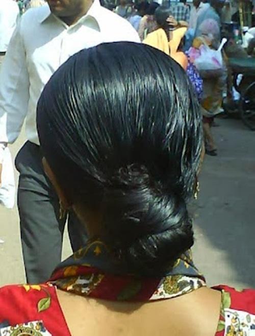 indiana com óleo nos cabelos