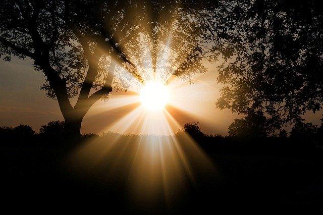 Cahaya Matahari Menyinari ke Dalam Rumah