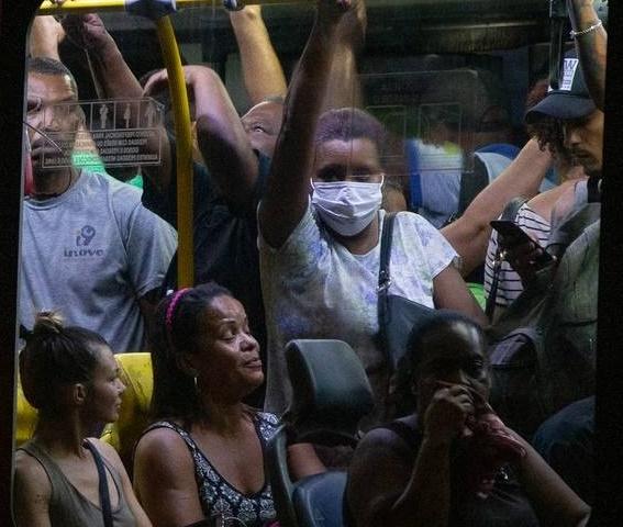 Enquanto comércios são fechados por aglomeração prefeitura e comec não fazem nada com as empresas de ônibus
