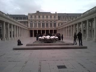 Palais Royal Jardins Vue sur la sculpture moderne.