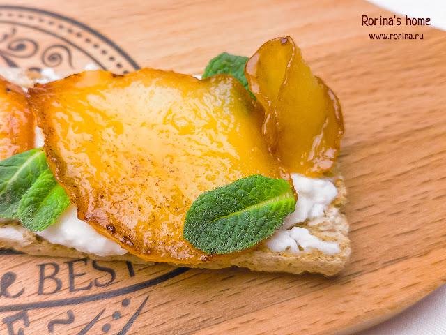 Медовая запеченная груша с сыром