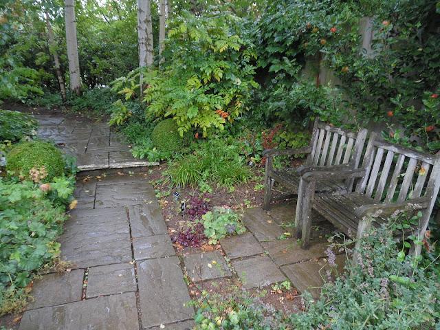 Country Garden, kamienna ścieżka w angielskim ogrodzie