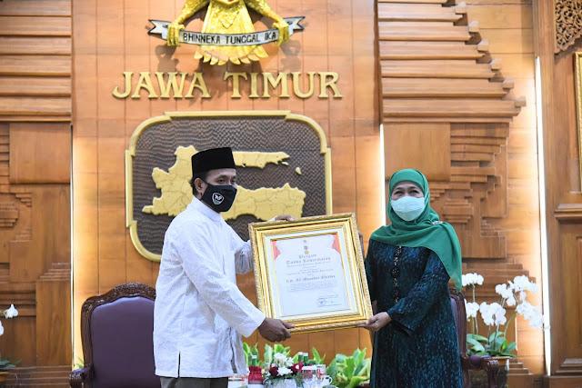 KH. Ali Manshur Shiddiq Pencipta Shalawat Badar Dapat Penghargaan Jer Basuki Mawa Beya Emas