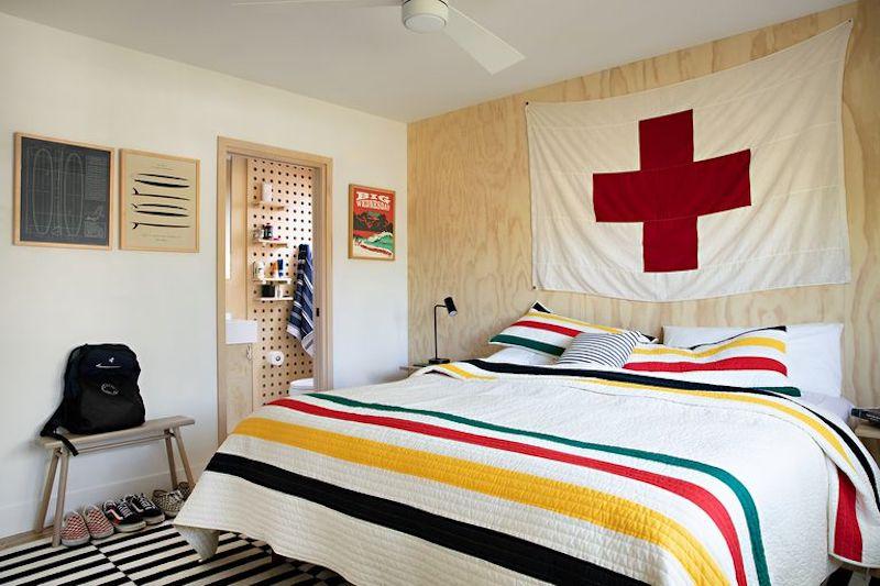 Dormitorio moderno en casa de campo con tableros de clavijas en el baño