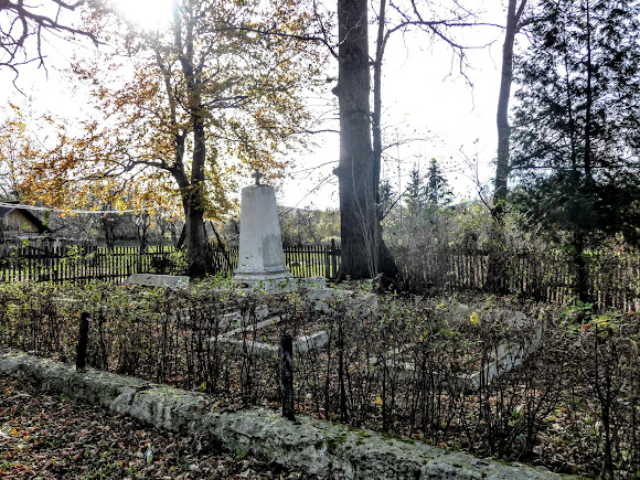 Селище Вигода. Братські могили в Меморіальному парку