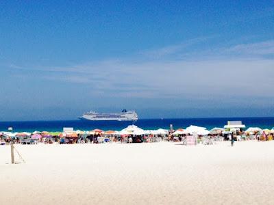 Praia do Forte - Cabo Frio - RJ (MSC Armonia ao fundo).