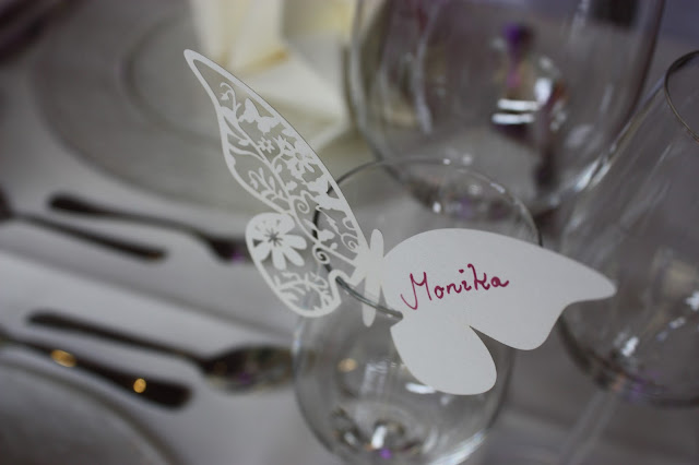 Platzkarten Schmetterlinge - butterflies - Hochzeit in Fuchsia im Riessersee Hotel Garmisch-Partenkirchen - Fuchsia Wedding center pieces table decor #Riessersee #wedding venue #Hochzeitshotel #Garmisch #Bayern #Bavaria #Hochzeit #wedding