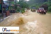 Diterjang Hujan Deras, Air Tumpah Ruah Di Tanjakan Semboja Kota Sanggau