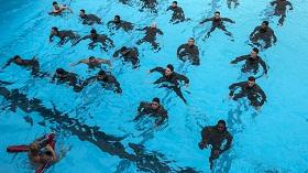 كيقية السباحة من أجل شد عضلات البطن