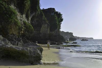 Menyusuri Pantai Tegal Wangi diantara debur ombak - Backpacker Manyar
