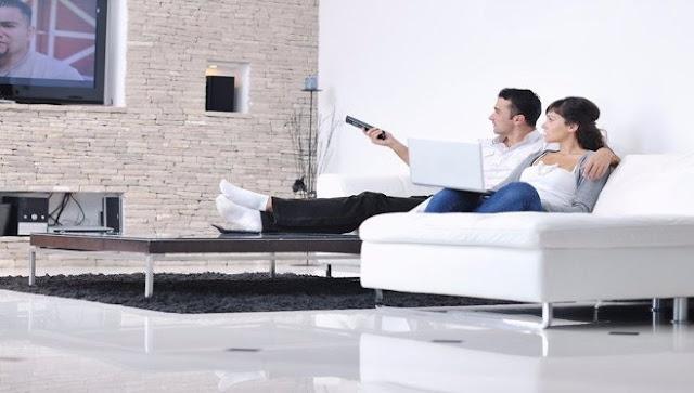 cift duke parë televizor mbi divan