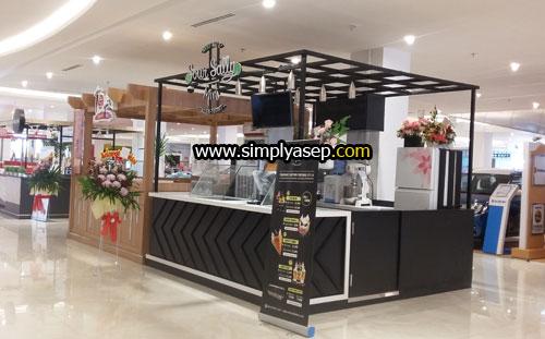 Ada yang tau gerai kuliner atau minuman apa ini?  Ada di lantai dasar Transmart Carrefour Kubu Raya. Foto Asep Haryono