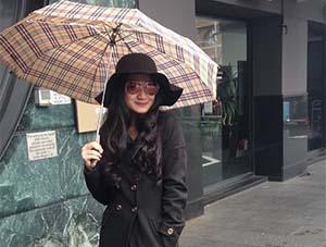 Raisya Bawazier Bawa Payung