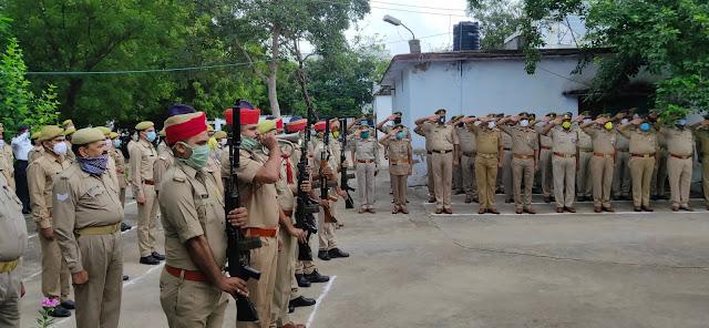 पुलिस अधीक्षक जालौन डॉ.अवधेश सिंह द्वारा पुलिस कार्यालय उरई में ध्वजारोहण कर राष्ट्रीय ध्वज को सलामी दी