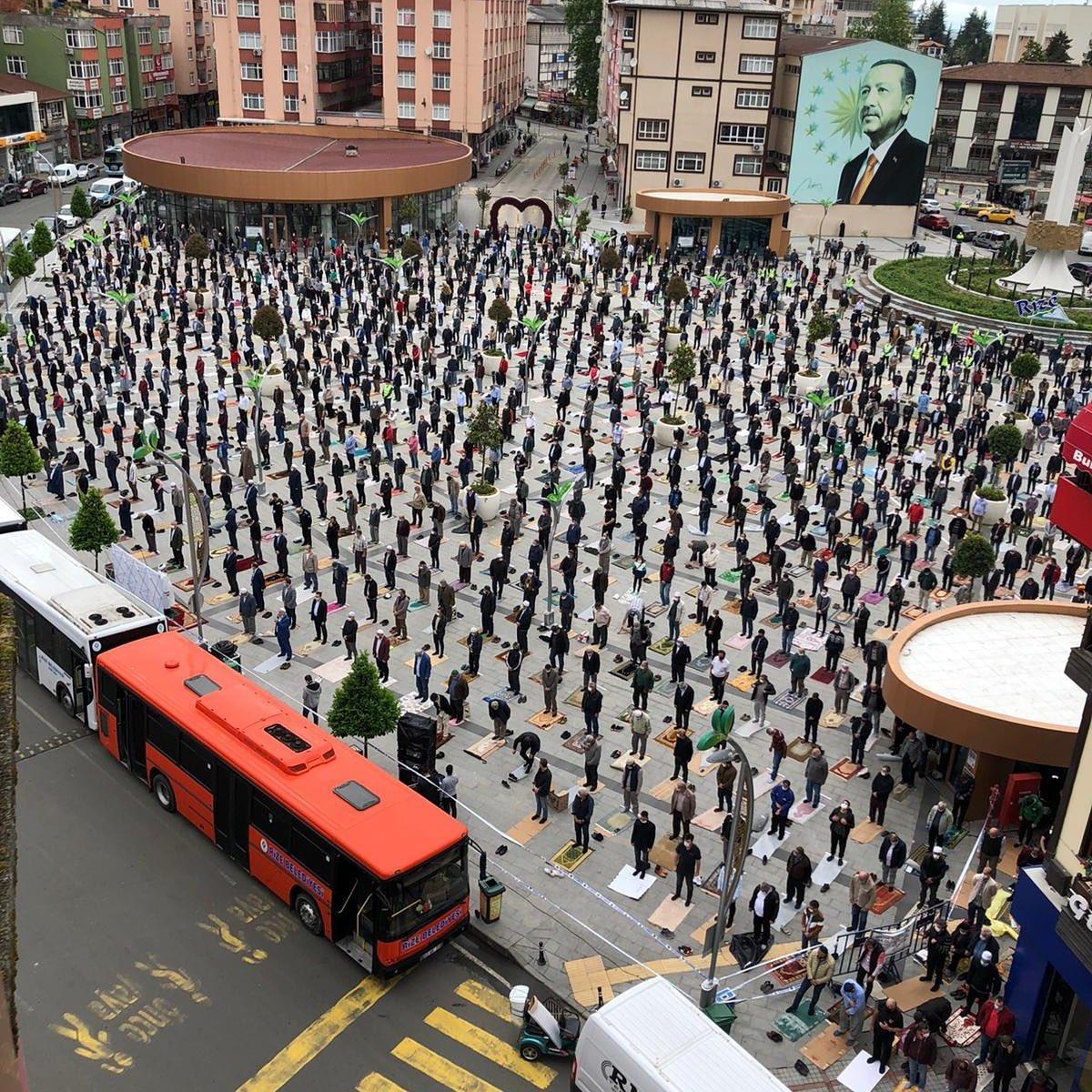 MasyaAllah, Beginilah Penampakan Jumatan di Turki Masa Pandemi: Sajadah Sekali Pakai!