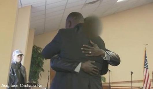 Hombre se convierte a Cristo en iglesia