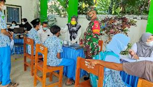 Minimalisir Penyebaran COVID-19, TNI Lumajang Aktif Dampingi Vaksinasi