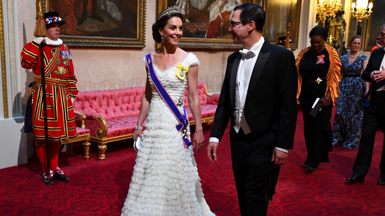 Cantiknya Kate Middleton Pakai Tiara dan Gaun Putih