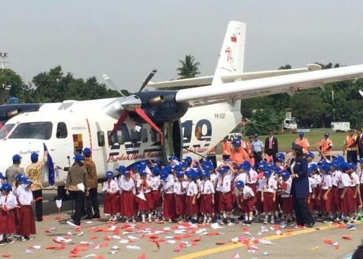 Presiden RI Jokowi Berikan Nama Nurtanio Untuk Pesawat N ...