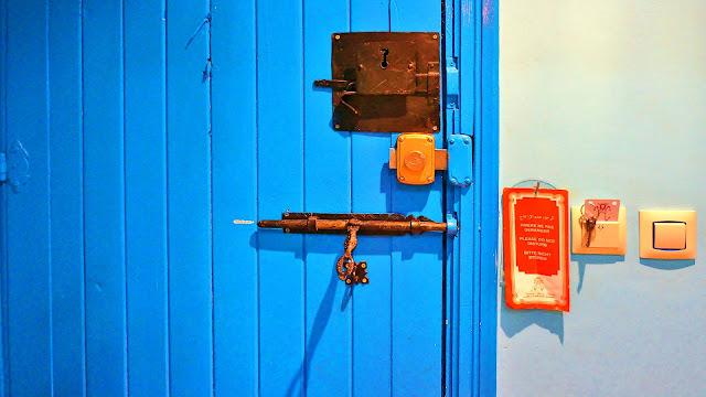На фото - два замка и засов на двери номера, Касабланка