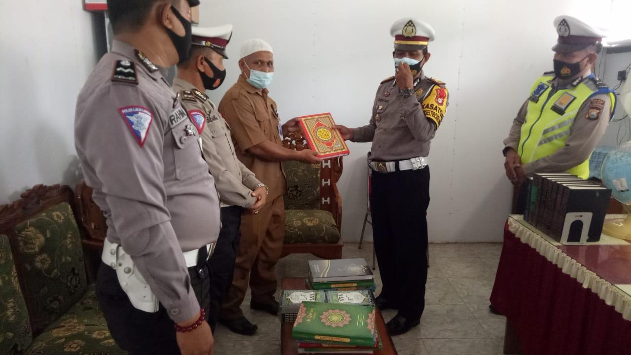 Saat Operasi Zebra, Satlantas Polres Kep. Selayar Bagikan Al-Qur'an  di Ponpes Babussalam
