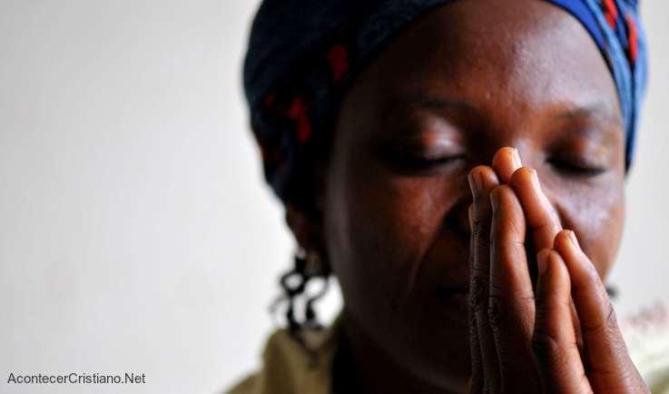 Mujer cristiana de Nigeria orando