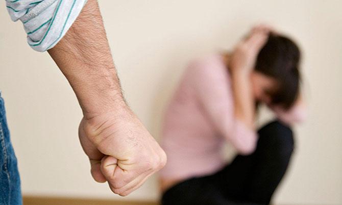Homem bate na esposa com facão e obriga filho a fazer o mesmo em Salgueiro, PE