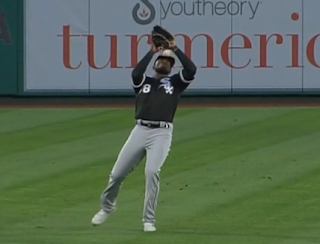 Luis Robert misplays pop fly, ball bounces off his head, White Sox vs Angels 4/3/2021