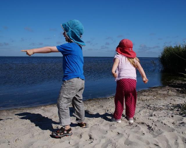 Rund um den Ringkøbing Fjord, Teil 2: Der Hafen und der Leuchtturm von Nørre Lyngvig. Am Lyngvig Havn gibt es eine Badestelle, die die Kinder auf unserer Tour entdeckt haben.