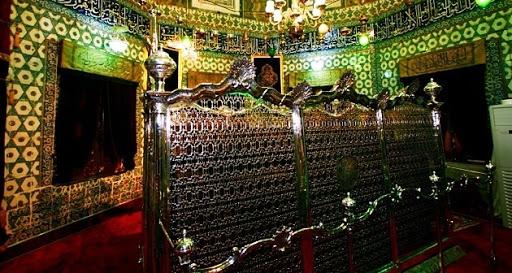 Eyüp Sultan Kimdir? Eyüp Sultan Hazretleri ne zaman yaşadı? ne zaman öldü? Eyüp Sultan Hazretleri neden İstanbul'a geldi? Eyüp Sultan Hazretleri nasıl öldü? Eyüp Sultan türbesi nerede? Ebu Eyyûb El-Ensarî Hazretleri'nin kısaca hayatı.