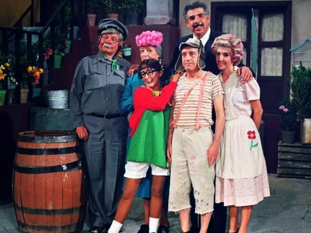 Chaves (Roberto Bolaños) posa ao lado dos personagens Jaiminho (Raúl Padilla), Dona Clotilde (Angelines Fernández), Chiquinha (Maria Antonieta de Las Nieves), Professor Girafales (Rubén Aguirre) e Dona Florinda (Florinda Meza)