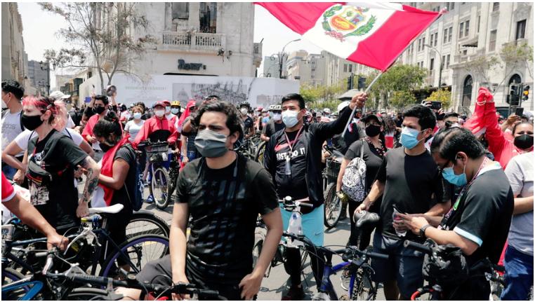 Los peruanos se lanzan a las calles para celebrar después que el presidente interino Manuel Merino anunciara su renuncia en un discurso a la nación, en Lima. Domingo, 15 de noviembre de 2020 / VOA