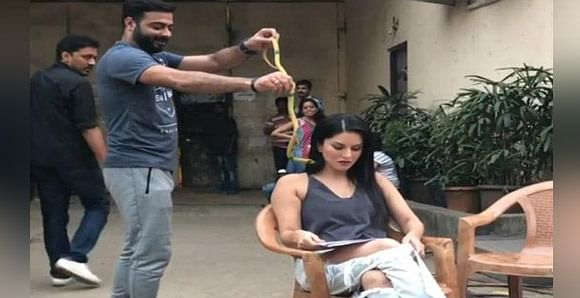 sunny-leone-attacked-by-a-snake-on-sets