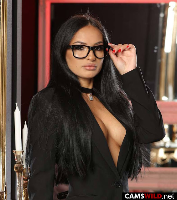 camswild-cindyvixi-busty-black-haired-lady-with-glasses-in-black-jacket