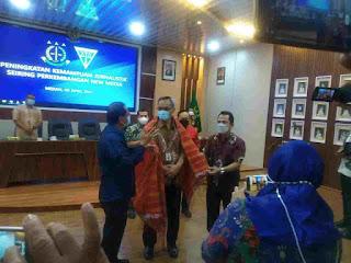 Ketua Forwaka Sumut Martohap Simarsoit berkesempatan memberikan ulos kepada Kajati Sumut IBN Wiswantanu
