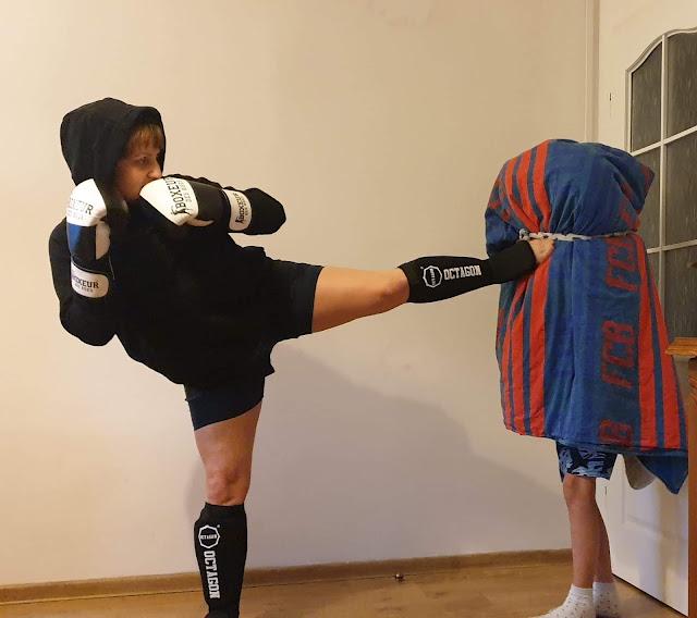Agnieszka z Activ Team Kobiet układa sobie plan treningowy, nie zdradzamy Jej sposobów na bycie najsprawniejszą Kobietą w mieście, pokazujemy tylko jedno z miliona Jej ćwiczeń.