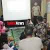 Kapolsek Bajeng Dan Ibu Bhayangkari Bersama Warga Nobar Di Peringatan  Hari Ibu
