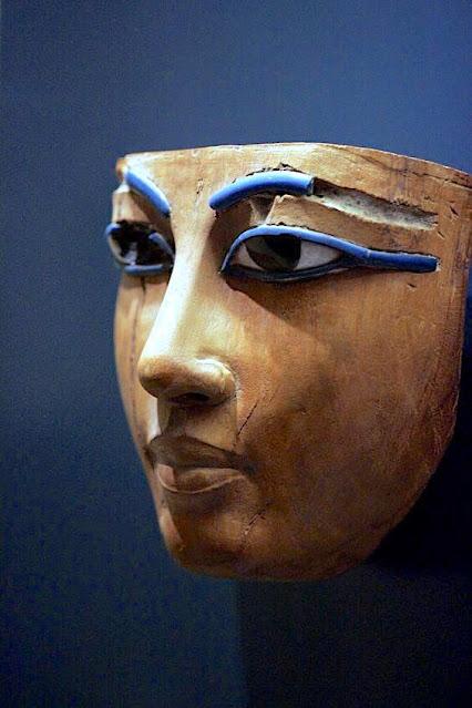 XVIIIe Dynastie (ca. 1400-1300 av.JC). Masques funéraire de jeune homme, Bois et verre. Musée du Louvre, Paris