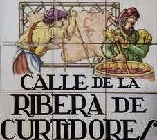 Placa formada por nueve azulejos pintados con las figuras de dos curtidores trabajando la piel.