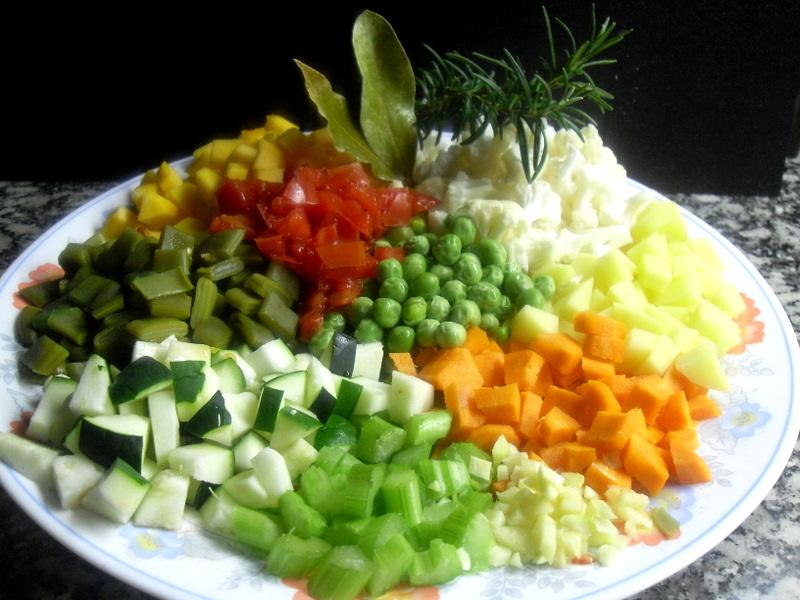 Verduras cortadas para la sopa minestrone.