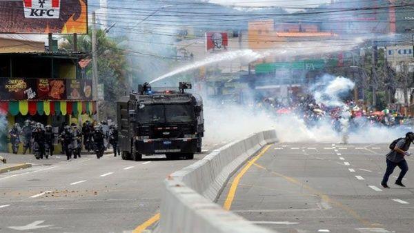 Policía hondureña reprime protestas de médicos y maestros
